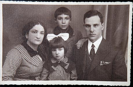 הנריק עם אחותו, אביו ליאון ואמו בצילום משנות ה-30
