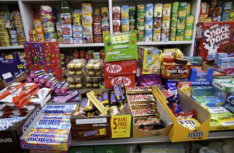 יותר קל לשלם על ממתקים בכרטיס אשראי