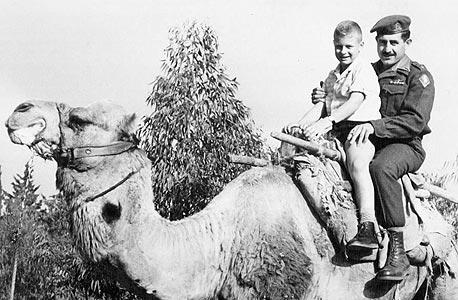 גיורא ענבר ואביו יום הילד במחנה 80