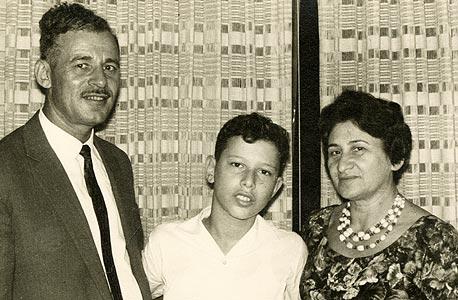 1961. סוניה ויהושע כצמן עם חיים, בביתם בקריית מאיר (רח' צייטלין), תל אביב