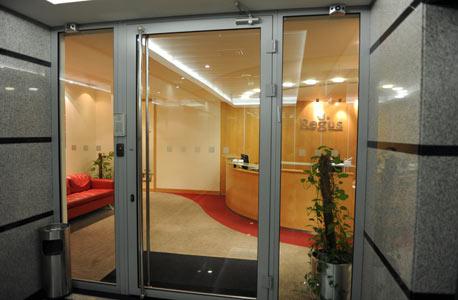 המשרדים שבהם פגשה גבירול לקוחות, בחברה המשכירה משרדים גם על בסיס יומי