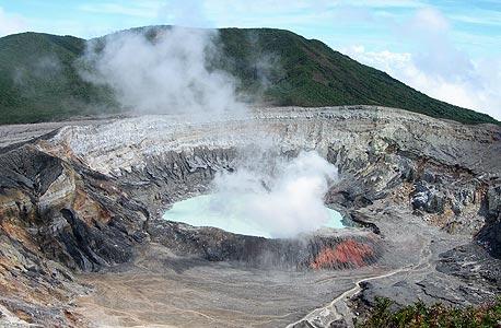 הר הגעש פואס. אגמון מים רותחים בלוע ההר