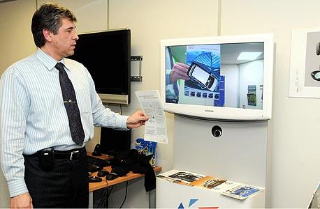 גאה מדגים כיצד תמונה דו ממדית של רכב הופכת לתלת ממדית ב-AR