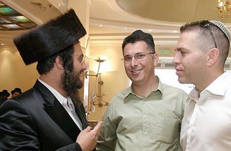 לייבוביץ' עם השרים גלעד ארדן וגדעון סער בברית לבנו