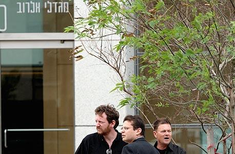 נתוביץ (משמאל) בדרך לדירת שר הביטחון. בשום שלב לא נערכה בדיקה גופנית
