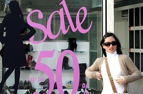 חנויות האופנה מציעות מבצעים גדולים ומתמשכים, ובכל זאת אין קונים