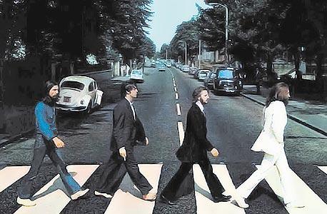 """עטיפת האלבום """"Abbey Road"""" של הביטלס. מעבר החציה בדרך לאולפנים"""