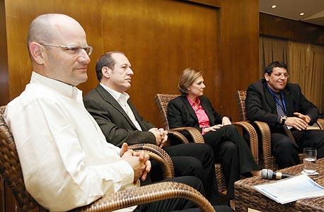 יורם טורבוביץ עם הממונים על הגבלים עסקיים (משמאל): דוד תדמור, רונית קן ודרור שטרום