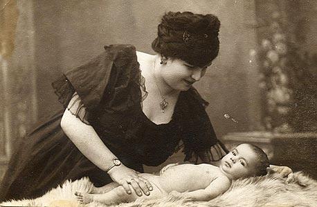 1920. אווה לנדסברג עם ברונו התינוק, צילום סטודיו בעיר צ'רנוביץ', רומניה
