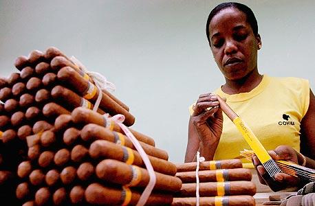 פועלת אורזת סיגרים בהוואנה. לפעמים סיגר הוא רק סיגר , צילום: אי פי אי