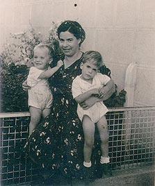 1945. טובה בורוביץ' עם התאומים איזי (משמאל) ודדי, בדרך ליום הולדת 4 בגן. תל אביב