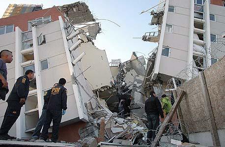 עובדי כוחות החילוץ בין הבניינים הקורסים בסנטיאגו