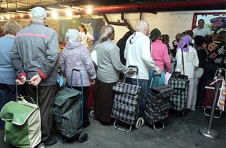 נזקקים בתור לקבלת מזון (ארכיון), צילום: צביקה טישלר