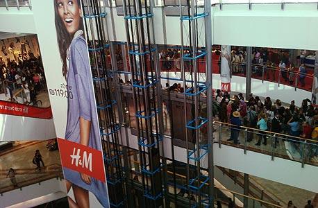 סניף H&M לקראת הפתיחה היום