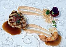מנה שמינית: כבד אווז צלוי, לנגוסטין, מאפה סולת, קרם רוברב וניל, רוטב יין ותבלינים חמים