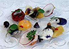 מנה רביעית: סלט חורף של מקרל מקומי, עגבניות קונפי, תפוחי אדמה סגולים, קרם ליים וחלמון נא