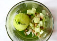מרענן חך: סורבה ג'ין וטוניק, סלט מלפפונים, זיתים ירוקים ושאלוט בשמן בזיליקום
