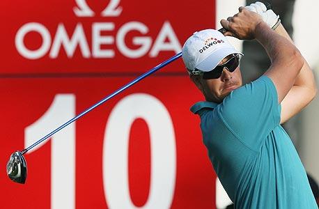 שחקן גולף בטורניר שמקבל חסות מאומגה. הספורט לרגש, הפרסומות לאינפורמציה