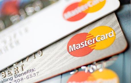 כרטיסי אשראי. ההצעה הראשונית הייתה לבטל את העמלות כליל, צילום: בלומברג