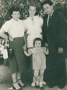 1950. בנימין ואדלה ארנר עם הבנות יעל  בת השלוש וזהבה בת ה-13, חיפה