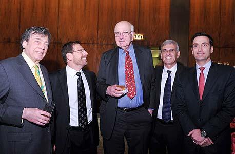 מימין: מתיו ברונפמן, יוסי בכר, פול וולקר, אדם ברונפמן ואדגר ברונפמן. אירוע באווירה עולצת
