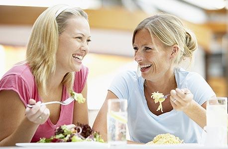 ריבוי קשרים של ידידות שטחית מוביל ליותר אושר מאשר שמירה על מעגל מצומצם של חברי אמת קרובים