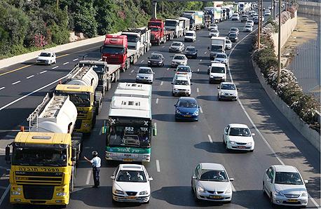 משאיות בנתיבי איילון. אחת האפשרויות שנבחנת היא איסור על כניסתן עד שעות הבוקר המאוחרות, צילום: אוראל כהן