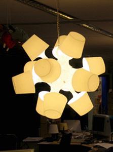 גוף תאורה המורכב ממנורות שולחן קטנות. עושים האקינג לאיקאה