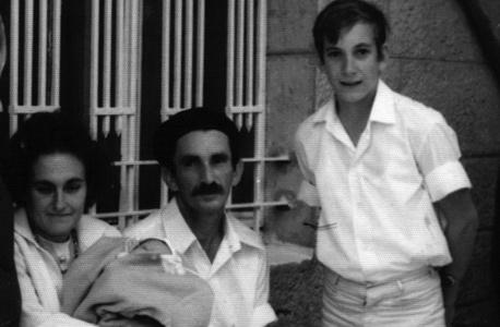 1969. יהודית ואלימלך רוזנטל עם יפתח בן ה־13 וגל התינוק, בבית הסבים במגדיאל