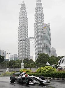 המכונית של שומאכר ברחובות קואלה לאמפור. מלזיה משלמת כ-45 מיליון דולר כדי להביא את הקרקס המוטורי אליה
