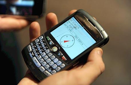 מצפן דיגיטלי על מסך טלפון בזמן משחק גיאוקאשינג. שיאנית המשחק כבר גילתה 38 אלף מטמונים