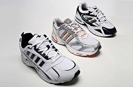 נעל אדידס (באמצע) ליד הנעליים של וול-מארט