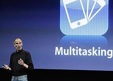 סטיב ג'ובס באירוע הצגת מערכת ההפעלה החדשה של האייפון. מכה לאדובי בדלת האחורית
