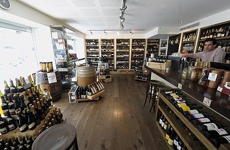 חנות היין אבי בן, הערמונים 3. חנות מקצועית שבה מאות זני יין מקומי ומיובא, אביזרים לחובבי יין, קפה ושוקולד יוקרתיים