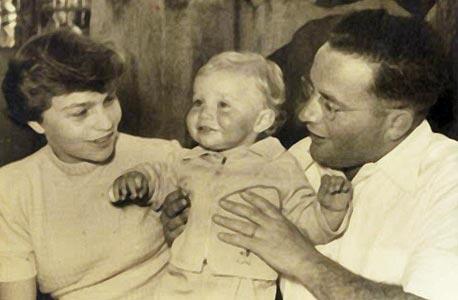 1954. נתנאל ואריקה לורך עם אמנון בן השנה, בביקור אצל הסבים בירושלים