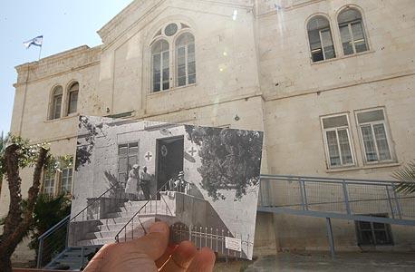 1948, מגרש הרוסים, ירושלים. אנשי הצלב האדום בפתח המרפאה, מלחמת העצמאות, צילום: עמית שעל
