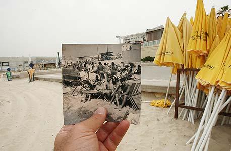 1968, חוף שרתון, תל אביב. כל החבר'ה בים, צילום: עמית שעל