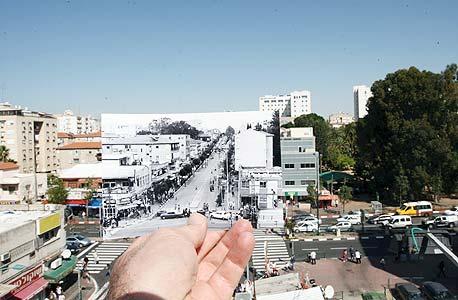 1979, רוטשילד פינת הרצל, ראשון לציון. סגירת הרחוב לפני בניית המדרחוב , צילום: עמית שעל