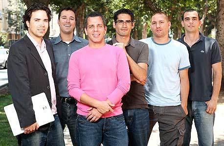 עובדי לאבפיקסיז עם המשקיעים בחברה. מימין: עודד פונטש, ניר צמח, רן בן יאיר, אודי גרף, גלעד קרני וירון קרני