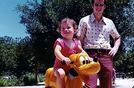 1976. צבי סטפק עם אבנר בן השנתיים, בפארק הירקון, תל אביב