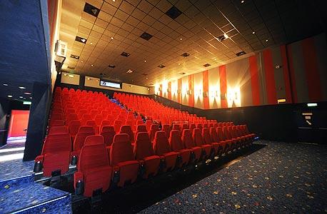 תסריט 2: כרטיס קולנוע ללא תשלום. ההפצה הדיגיטלית הזולה תאפשר לקולנועים להקרין סרטים חינם ולהרוויח ממכירת מוצרים אחרים