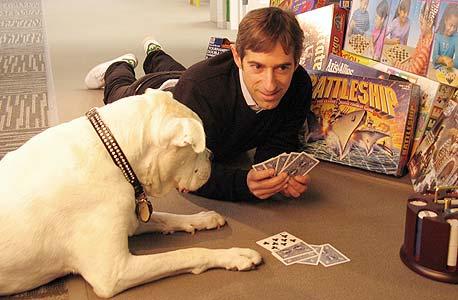 המוזה: מארק פינקוס משחק פוקר טקסס הולד'ם עם כלבתו זינגה, שעל שמה נקראת החברה