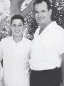 """1966. אבנר בן ש""""ך עם אהוד, חתן בר המצווה, במסיבה בחצר בית המשפחה ברמת חן"""