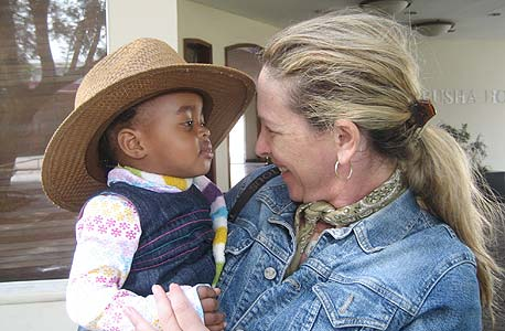 """""""העשירים שמגיעים לכאן מתעניינים רק בקלימנג'רו ובחיות"""". רונית הרשקוביץ', קונסולית הכבוד של טנזניה, וילד מקומי"""