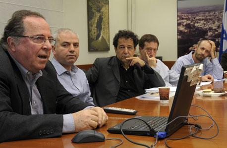"""מימין: ד""""ר משה שעיו, ראש הפורום הנכנס ד""""ר אבי שמחון, נשיא אוניברסיטת חיפה אהרון בן־זאב, ד""""ר מומי דהן, פרופ' רפי מלניק"""