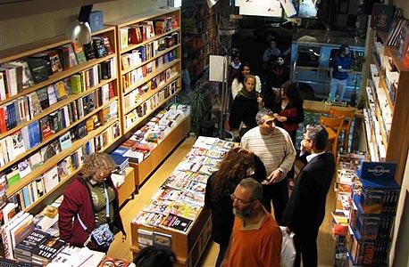 """חנות ספרים במזרח העיר. ממתינים לתרגום של """"סיפור על אהבה וחושך"""""""