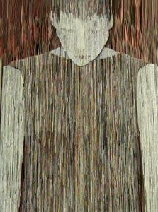 """""""מנוחה אחרונה"""", ארגז בטון ובתוכו בחורה העשויה מאלפי פיסות נייר"""