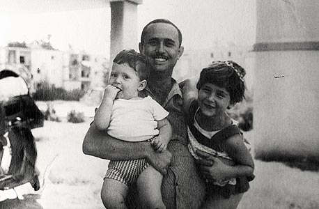 1965. בני גאון עם משה בן השנתיים ומיכל בת השמונה, מתחת לבית המשפחה בפתח תקווה