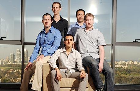 מייסדי לברייט. מימין: רן שטראוס, יוסי רואש, דורון כהן ודורון סומך. במרכז: איתי דמתי
