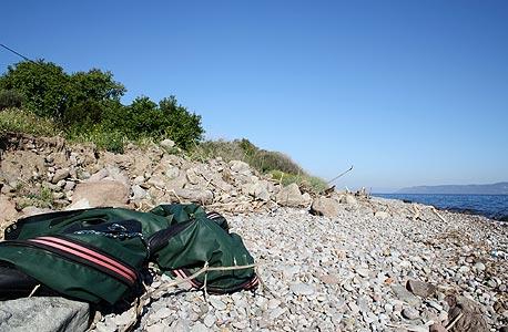 שרידי סירת גומי שהתפוצצה בחוף בלסבוס